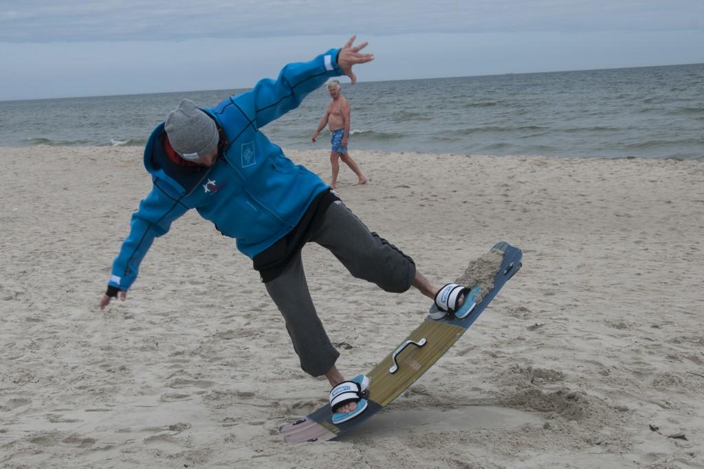 zabawa na plaży z deską kitesurfingową