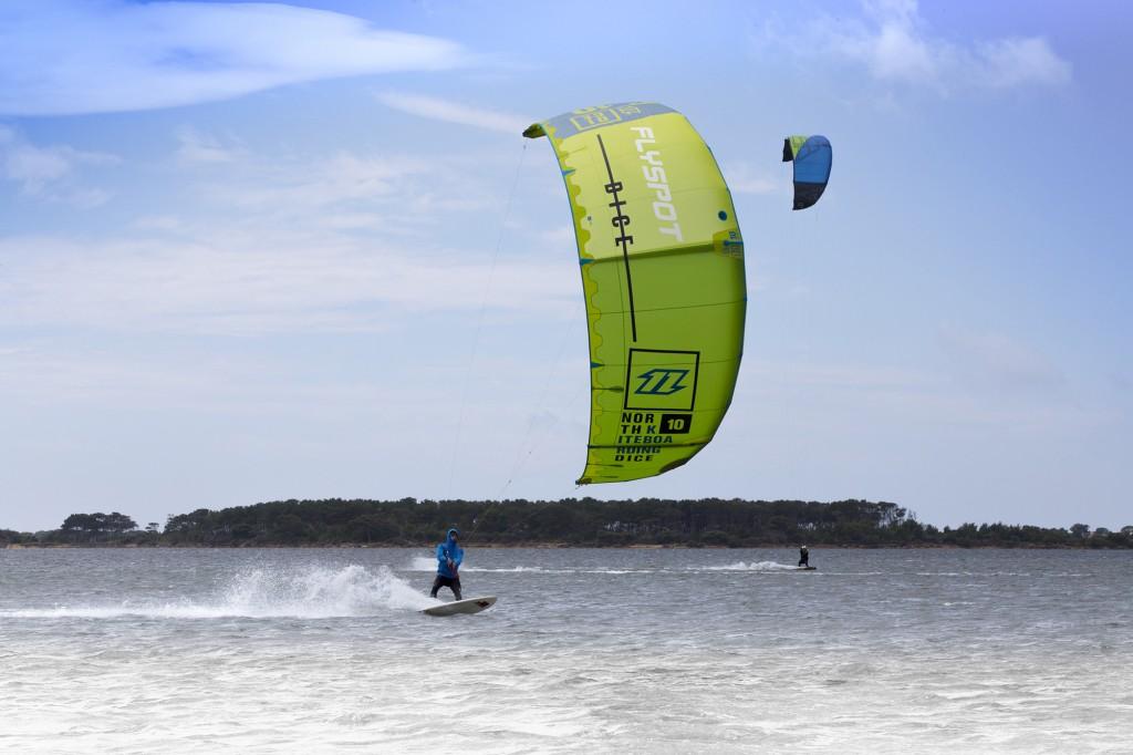 Pływający kitesurfer