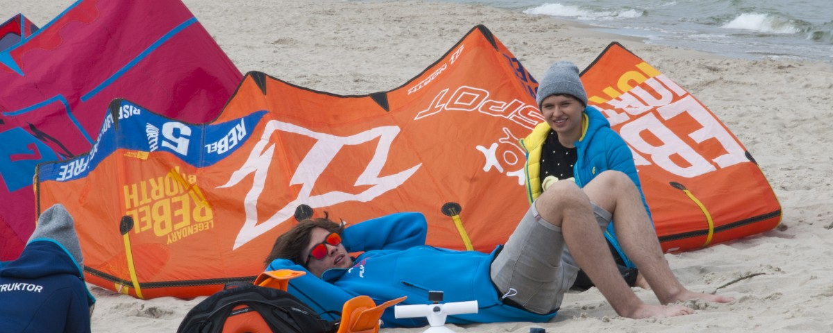 instruktorzy kitesurfingu na plaży